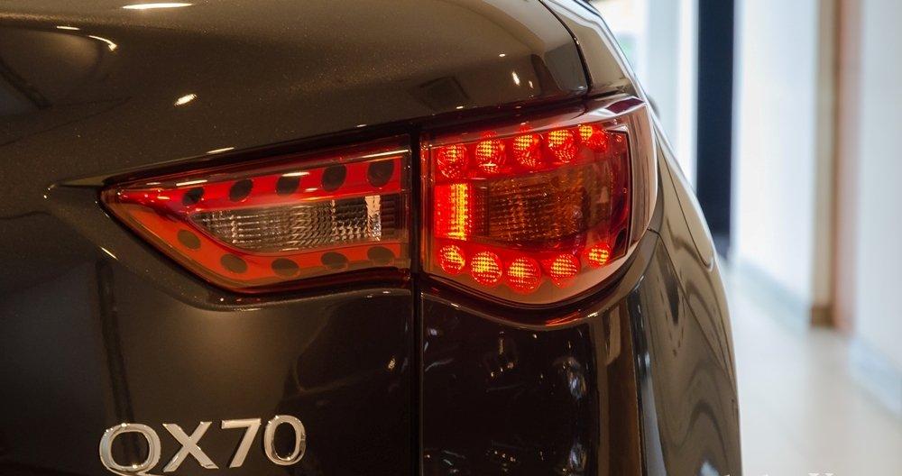 Đánh giá xe Infiniti QX70 2017: Đèn hậu LED cỡ lớn mang đến khả năng cảnh báo hiệu quả hơn.