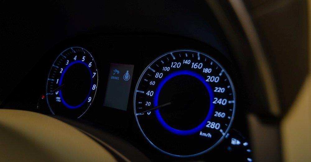 Đánh giá xe Infiniti QX70 2017: Bảng đồng hồ lái hiển thị cách phối màu khá trẻ trung, cá tính a1