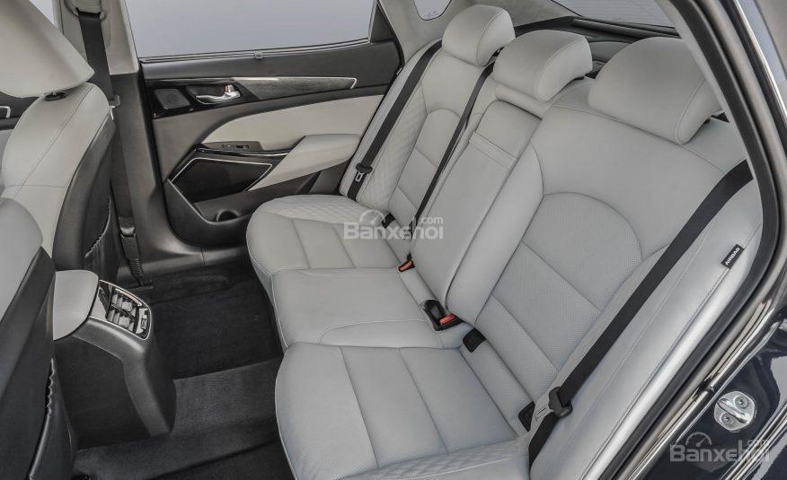 Đánh giá xe Kia Cadenza 2017: Hàng ghế sau của xe.