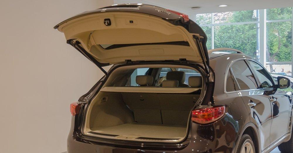 Đánh giá xe Infiniti QX70 2017 về khoang hành lý a1
