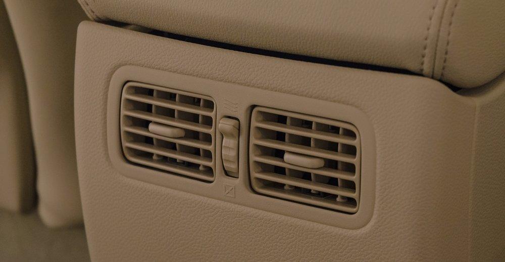 Đánh giá xe Infiniti QX70 2017: Hốc gió dành cho hàng ghế sau.