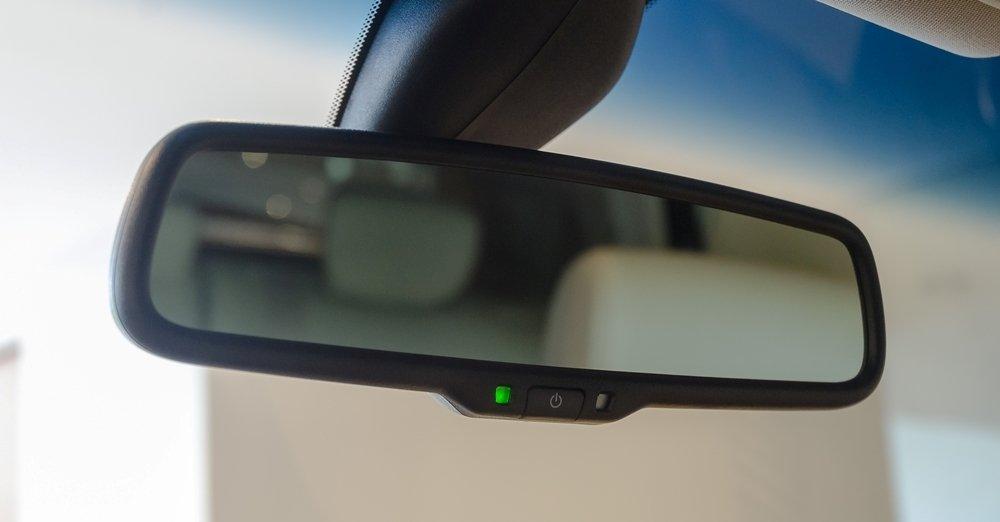 Đánh giá xe Infiniti QX70 2017: Gương chiếu hậu bên trong chống chói.