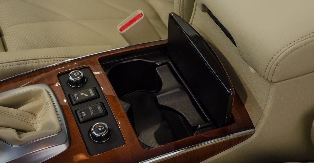 Đánh giá xe Infiniti QX70 2017: Các vị trí để đồ trong khoang cabin a1