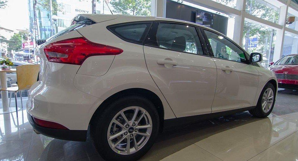 Đánh giá xe Ford Focus 2017: Thiết kế thân xe hơi hạ trọng tâm đi kèm những đường gân dập nổi sắc nét 1