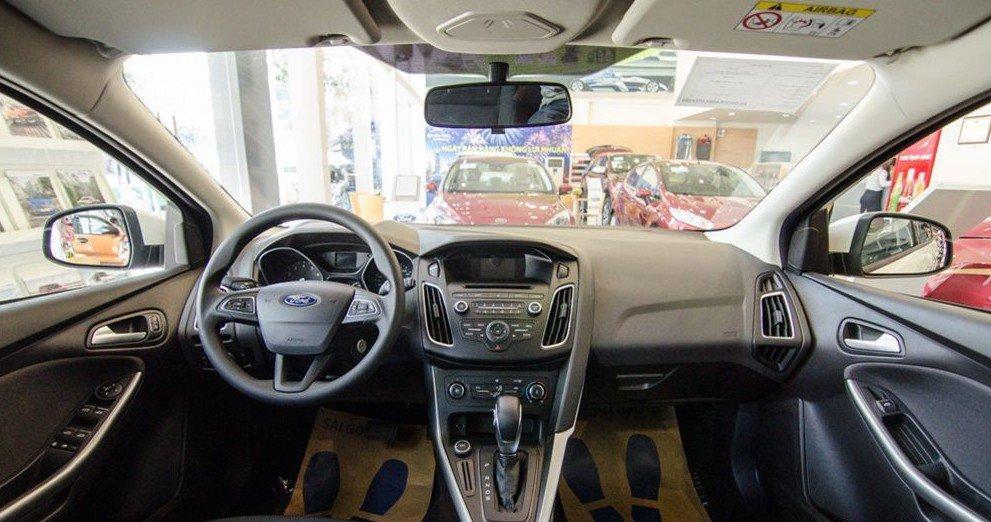 Đánh giá xe Ford Focus 2017: Khoang nội thất thiết kế thông minh và khoa học 1
