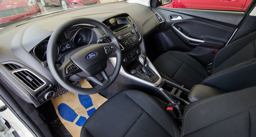 Đánh giá xe Ford Focus 2017: Những chi tiết trên bảng tablo được bố trí gọn gàng, đối xứng 1
