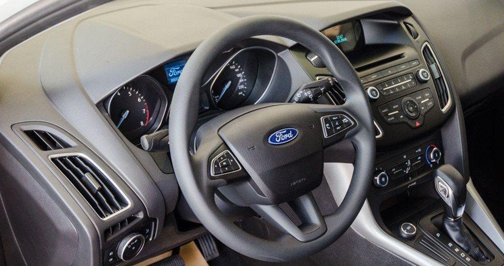 Đánh giá xe Ford Focus 2017: Vô-lăng 3 chấu trợ lực điện nay chỉ tích hợp các nút điều chỉnh âm thanh/đàm thoại rảnh tay 1