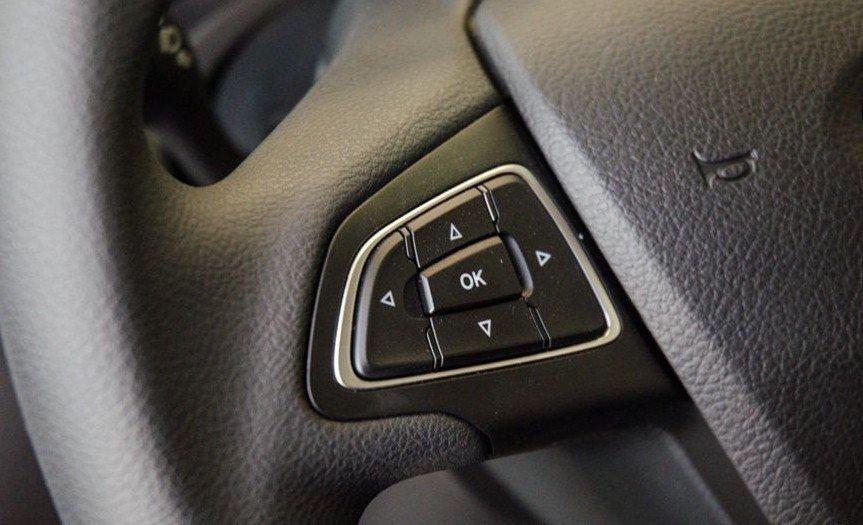 Đánh giá xe Ford Focus 2017: Nút điều khiển 1
