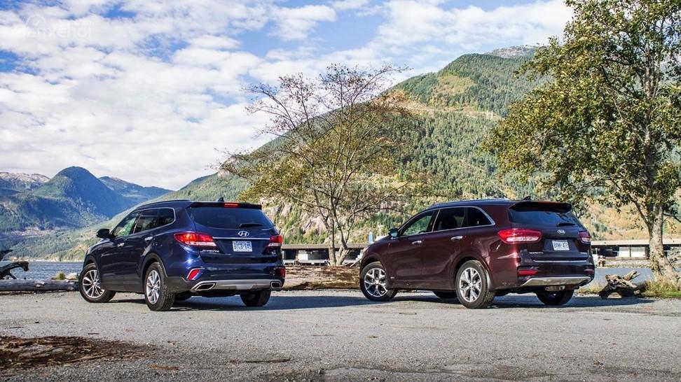 So sánh xe Hyundai Santa Fe 2017 và Kia Sorento 2017 về đuôi xe.