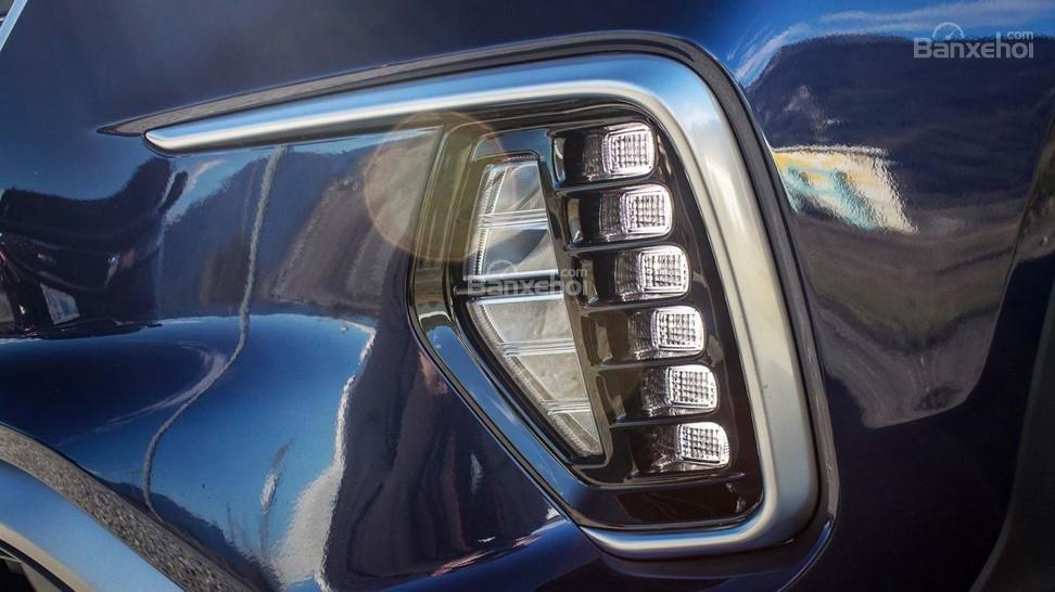 Hyundai Santa Fe 2017 với cụm đèn chạy ngày thiết kế khá bắt mắt.