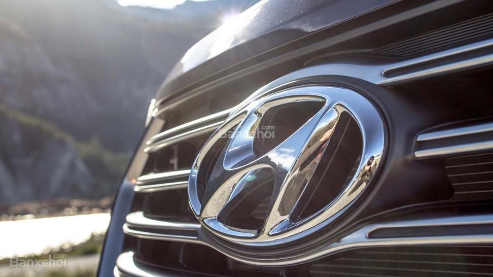 Hyundai Santa Fe 2017 với logo thương hiệu ở vị trí trung tâm phía trước.