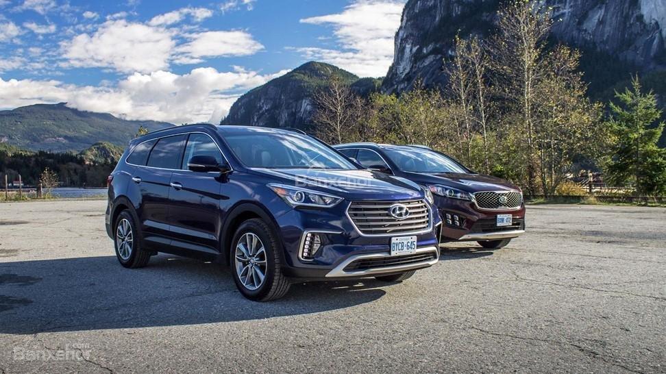 Huyndai Santa Fe 2017 và Kia Sorento 2017 đều là những lựa chọn đáng cân nhắc  trong phân khúc SUV gia đình 7 chỗ.