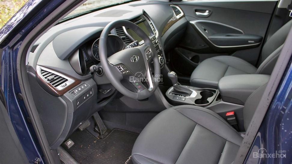 So sánh xe Hyundai Santa Fe 2017 và Nissan X-Trail 2017 về ghế xe.
