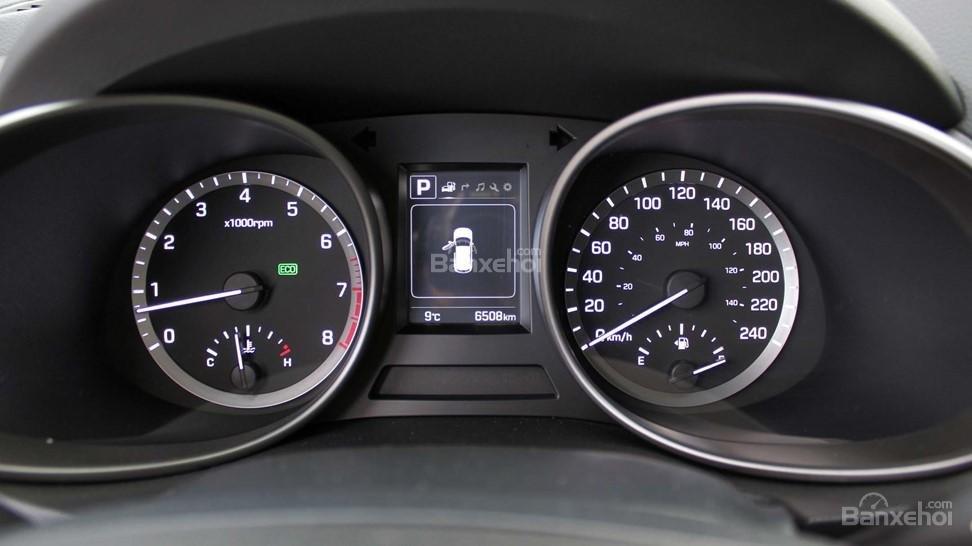 So sánh xe Hyundai Santa Fe 2017 và Kia Sorento 2017 về bảng đồng hồ lái a1