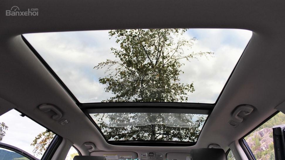 So sánh xe Hyundai Santa Fe 2017 và Kia Sorento 2017: Đều sở hữu cửa sổ trời toàn cảnh lớn a1