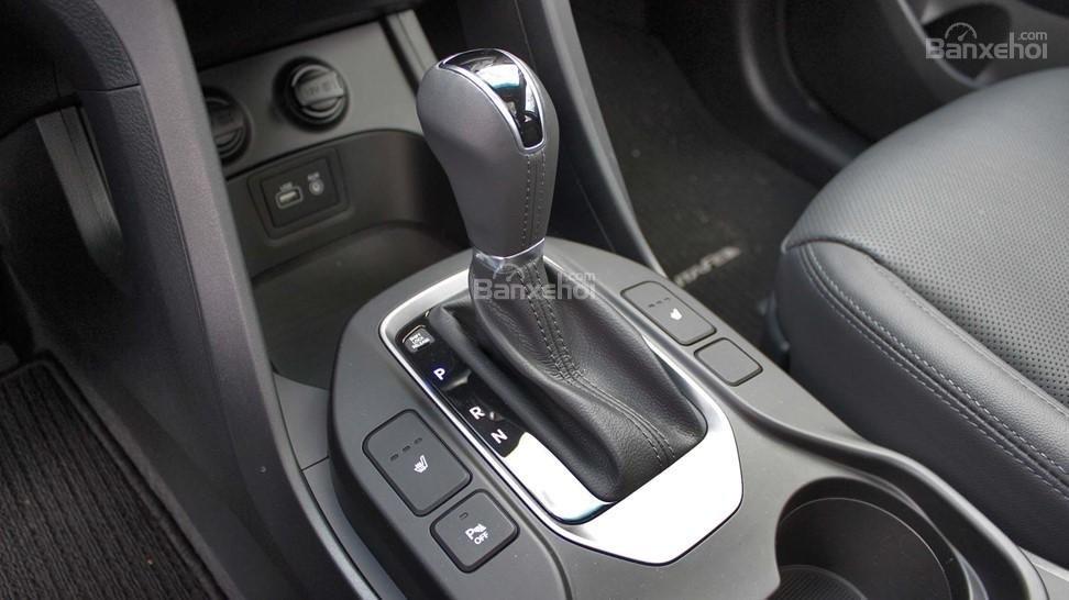 So sánh xe Hyundai Santa Fe 2017 và Kia Sorento 2017: Thiết kế khu vực cần số có chút khác biệt a1