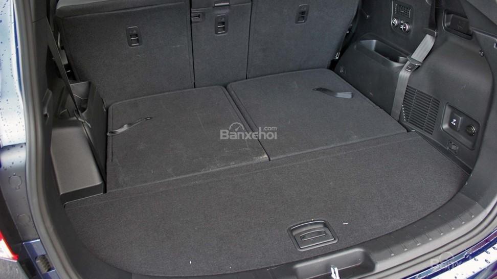 So sánh xe Hyundai Santa Fe 2017 và Kia Sorento 2017 về không gian hành lý A1
