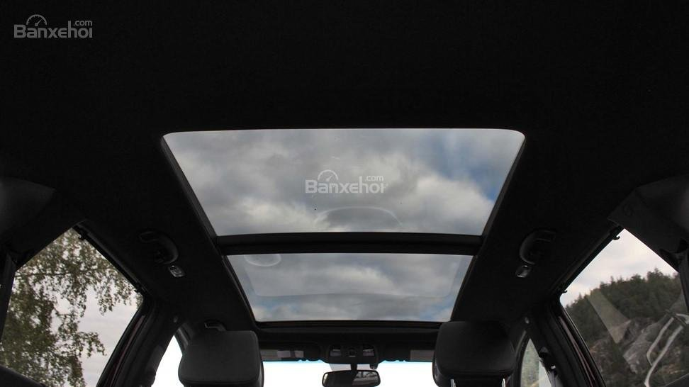 So sánh xe Hyundai Santa Fe 2017 và Kia Sorento 2017: Đều sở hữu cửa sổ trời toàn cảnh lớn a2