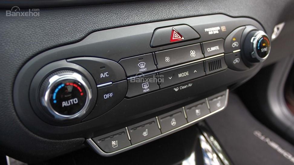 So sánh xe Hyundai Santa Fe 2017 và Kia Sorento 2017: Đều được trang bị điều hòa 2 khu vực a2