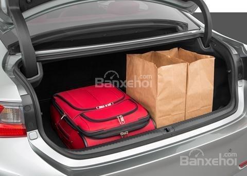 Đánh giá xe Lexus RC 2017: Xe chưa được 1 túi golf ở phía sau.