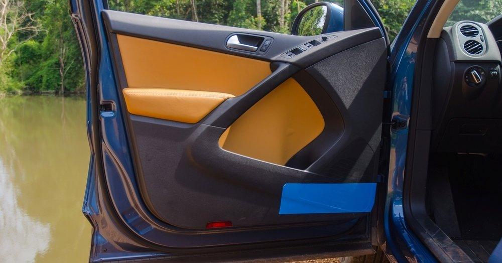 Đánh giá xe Volkswagen Tiguan 2016: Thiết kế cửa ra vào với hình dánh boomerang ấn tượng a1
