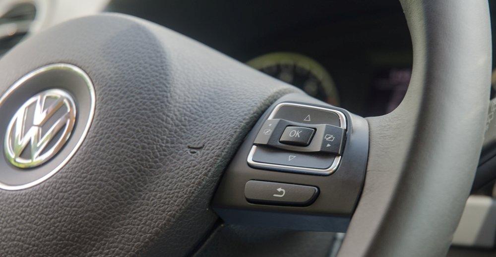 Đánh giá xe Volkswagen Tiguan 2016: Vô-lăng 3 chấu phong cách thể thao tích hợp các nút điều khiển chức năng a3