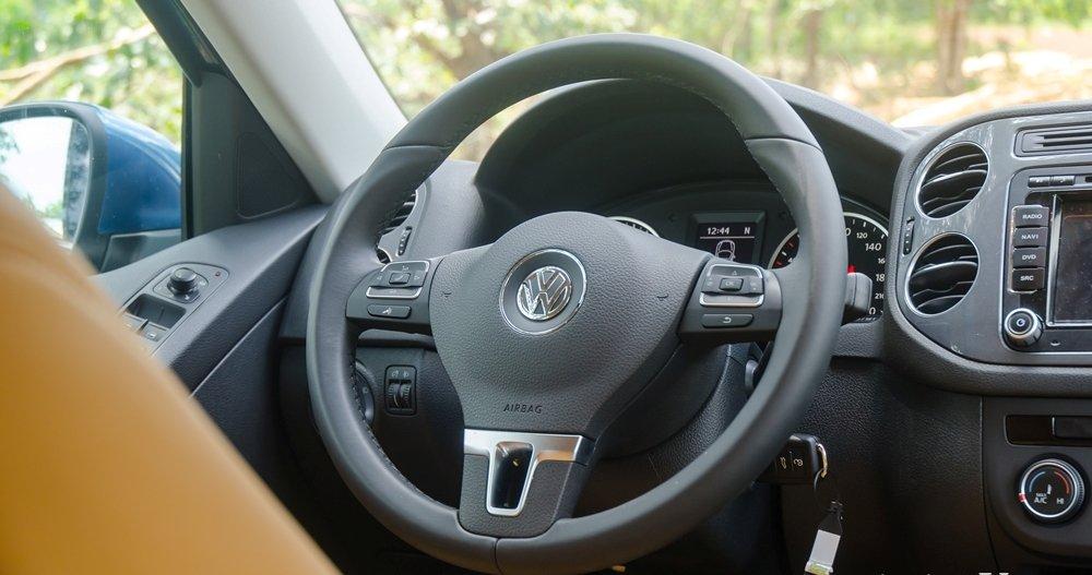 Đánh giá xe Volkswagen Tiguan 2016: Vô-lăng 3 chấu phong cách thể thao tích hợp các nút điều khiển chức năng a1