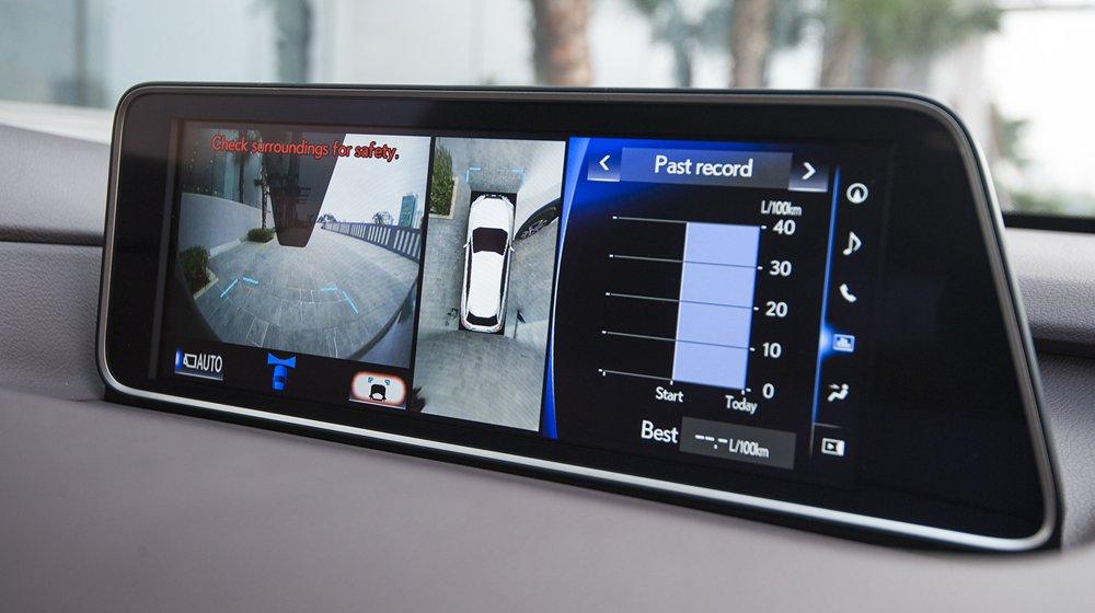 Lexus RX khá thú vị với công nghệ hiển thị HUD và loạt công nghệ tiết kiệm nhiên liệu đáng chú ý.