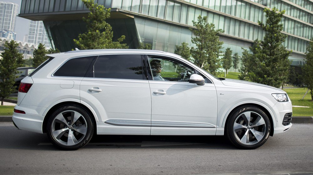 Audi Q7 2016 sở hữu thân vỏ làm từ vật liệu cao cấp, cho trọng lượng hơn 2 tấn.
