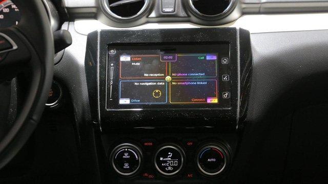 Điểm hấp dẫn nhất trong thiết kế nội thất Suzuki Swift RS 2017 là sự hiện diện của màn hình cảm ứng 7 inches tại trung tâm bảng taplo 1