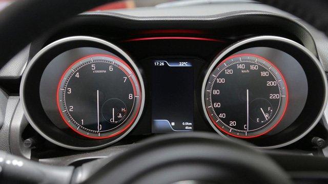 Đánh giá xe Suzuki Swift 2017: Bảng đồng hồ sau tay lái cung cấp các thông số cần thiết 1