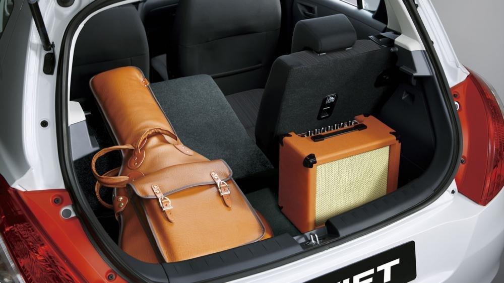 Đánh giá xe Suzuki Swift 2017 về không gian chứa hành lý 1