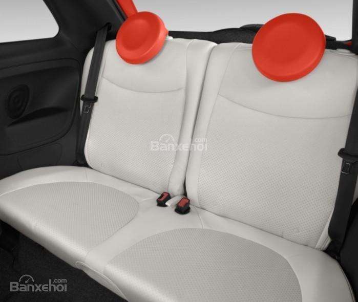 Đánh giá xe Fiat 500e 2017: Hàng ghế sau của xe.