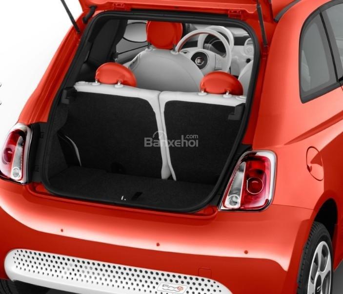Đánh giá xe Fiat 500e 2017: Không gian khoang hành lý ở mức khiêm tốn.