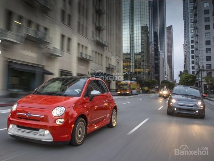 Đánh giá xe Fiat 500e 2017: Xe cho cảm giác lái mượt mà.
