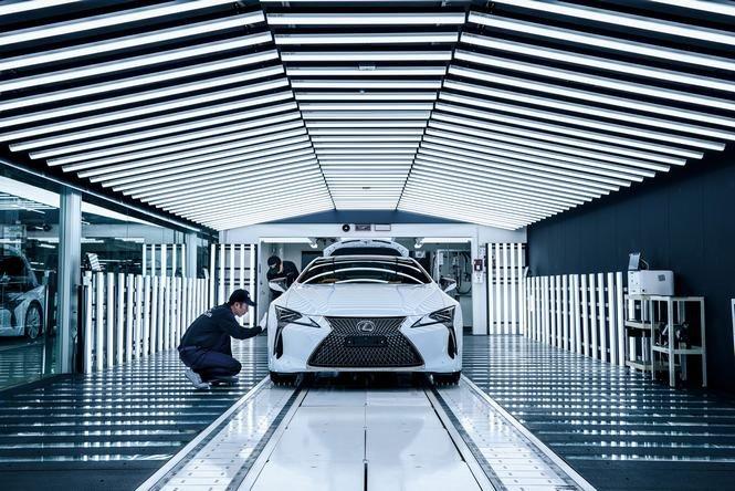 Cận cảnh dây chuyền sản xuất mẫu coupe hạng sang Lexus LC 500.