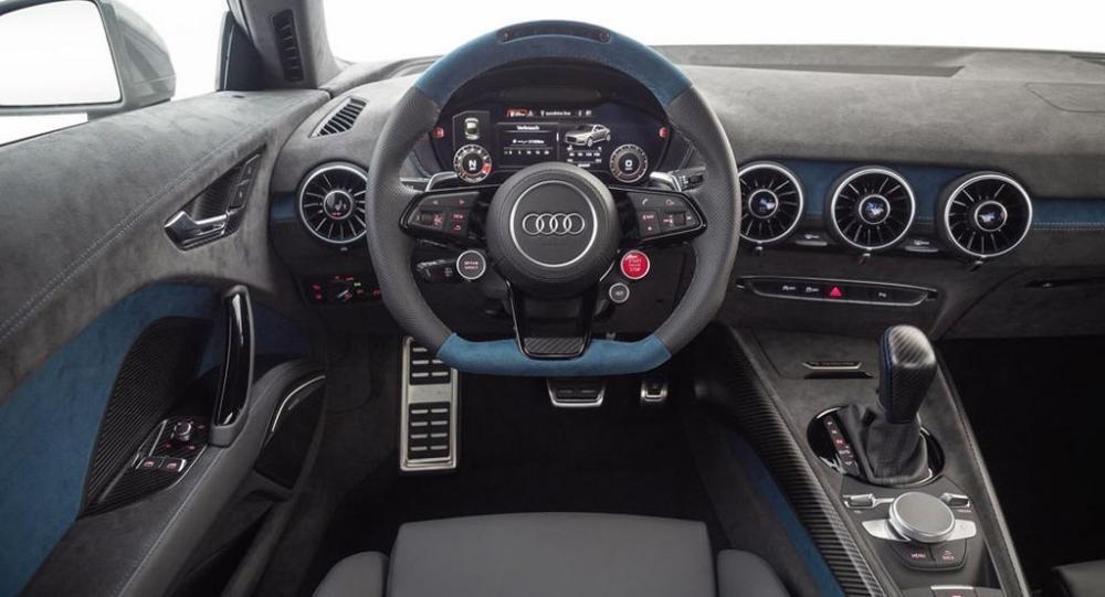 Audi TT RS bản độ Neidfaktor sở hữu khoang nội thất ấn tượng với 2 tông màu đen-xanh.