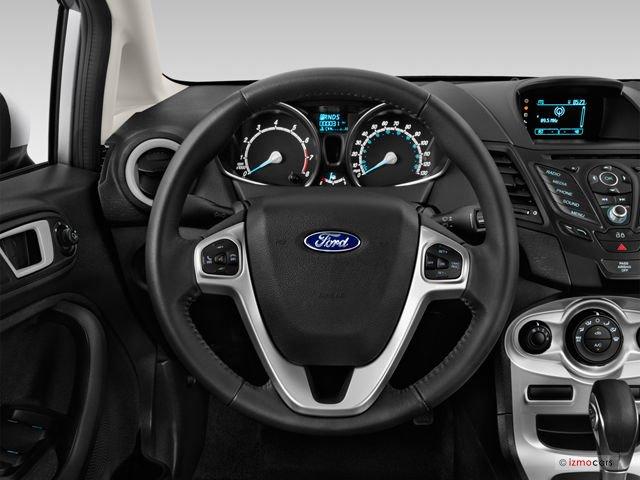Đánh giá xe Ford Fiesta 2016: Vô-lăng thể thao 3 chấu bọc da tích hợp nút bấm điều khiển 1