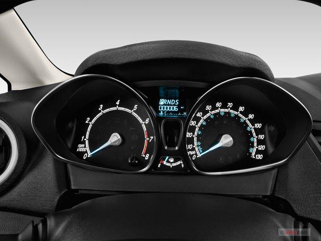 Đánh giá xe Ford Fiesta 2016: Bảng đồng hồ trung tâm dạng ống viền crom 1