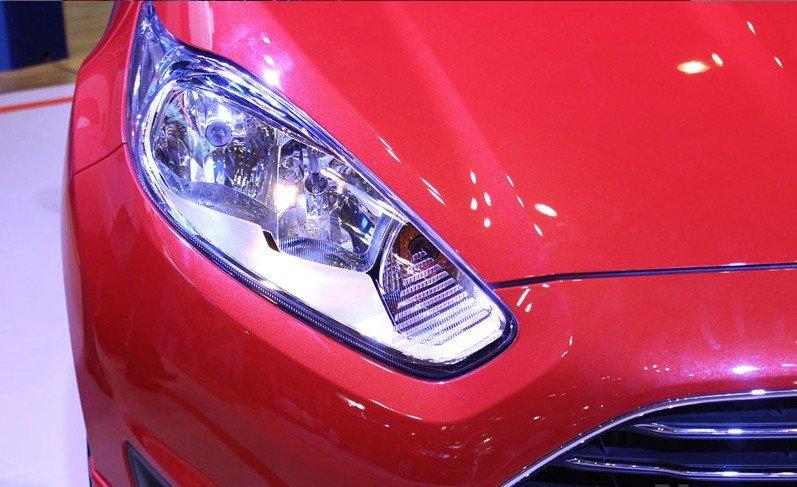 Đánh giá xe Ford Fiesta 2016: Cụm đèn pha kéo dài sắc cạnh 1