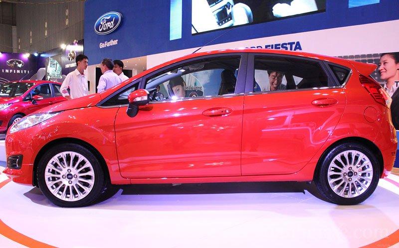 Đánh giá xe Ford Fiesta 2016: Thân xe nổi bật với những đường gân dập nổi chạy song song với viền cửa mạ crom 1