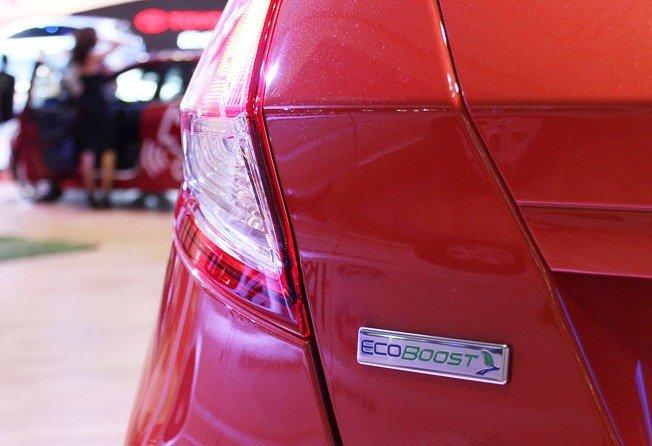 """Đánh giá xe Ford Fiesta 2016: Logo động cơ """"xanh"""" Ecoboost đặt ở phía bên trái 1"""