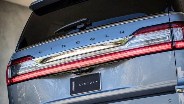 Đánh giá xe Lincoln Navigator 2018: Logo Lincoln được chuyển lên phía trên.