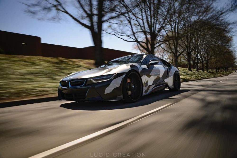 Chiêm ngưỡng BMW i8 cuốn hút với lớp dán ngoại thất rằn ri nổi bật.