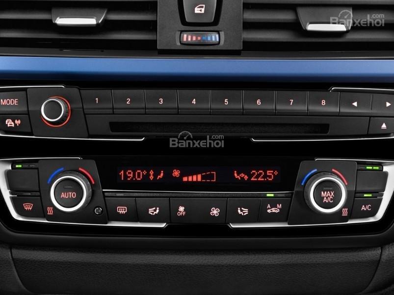 Đánh giá xe BMW 4-Series 2017: Xe được trang bị nhiều tính năng giải trí hấp dẫn.
