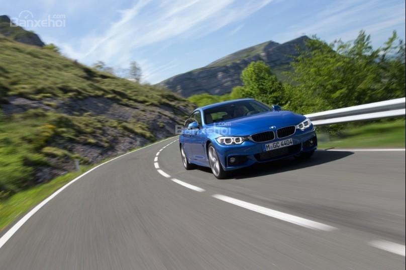 BMW 4-Series 2019 màu xanh đang chạy