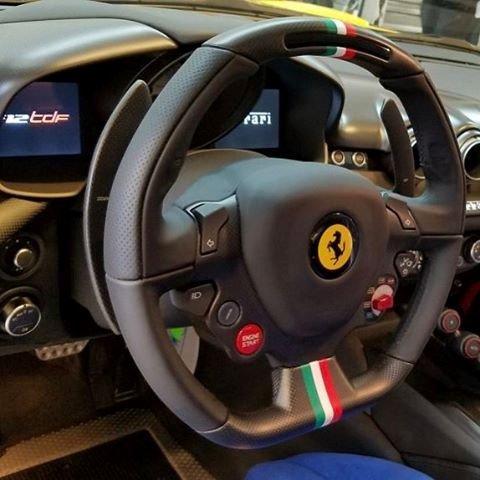 Vô lăng đăng trưng với 3 chấu cùng các phím bấm to của Ferrari F12tdfDSKL.