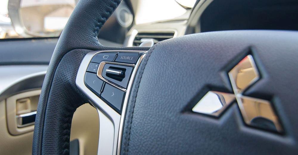 Đánh giá xe Mitsubishi Pajero Sport 2017: Vô-lăng tích hợp các nút điều khiển chức năng a2