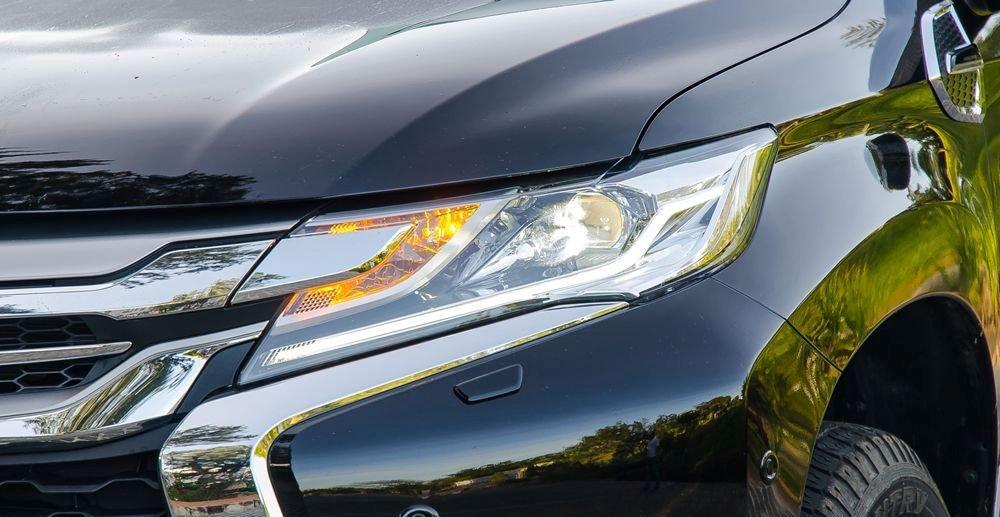 Đánh giá xe Mitsubishi Pajero Sport 2017: Đèn pha Projector sắc cạnh.