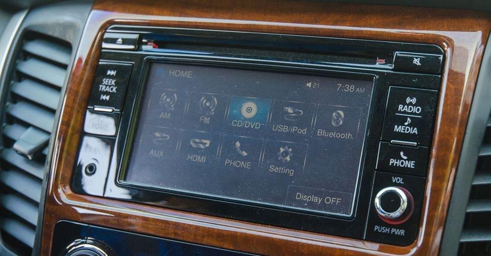 Đánh giá xe Mitsubishi Pajero Sport 2017: Hệ thống thông tin giải trí với màn hình cảm ứng.